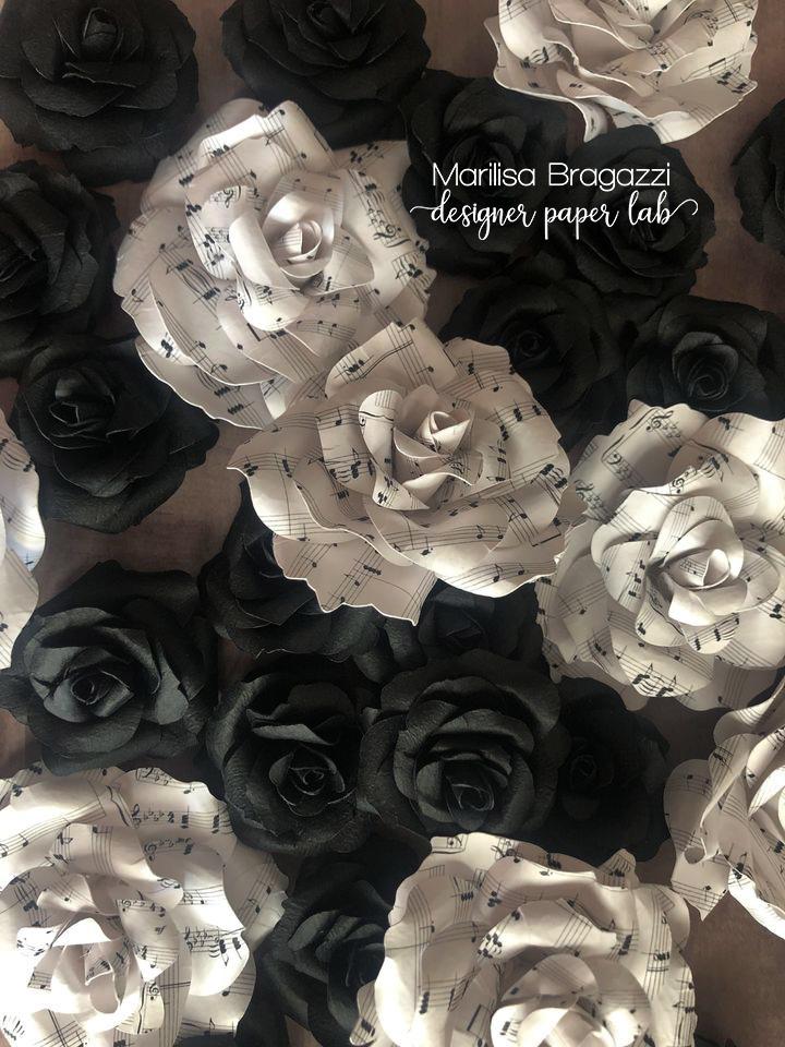 rose bianche e nere, note musicali, fiori di carta